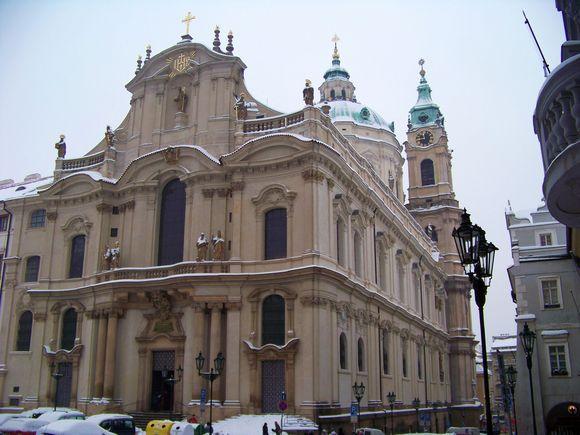 Malostranské_náměstí,_kostel_svatého_Mikuláše_od_jihozápadu