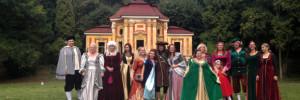 Dobrovolníci a podporovatelé záchrany barokního letohrádku v MIlešově v dobových kostýmech